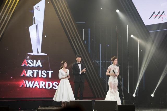 Cô xuất hiện trên sâu khấu cùng hai diễn viên thắng giải cùng hạng mục.