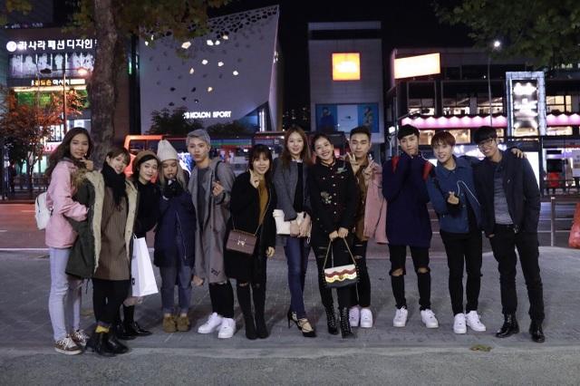 Tình cờ gặp nhau, các thành viên cũng tranh thủ chụp hình kỷ niệm và có một buổi ăn tối, dạo phố cùng nhau.