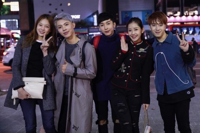 Sau đó, Chi Pu hội ngô Á hậu Hàn Quốc 2014 Lee Sarah và được Á hậu lái xe đưa đi ăn tối. Cả hai người đẹp quen biết nhau trong chuyến công du trước đó của Chi Pu. Thời tiết ở Seoul xuống khá thấp khoảng 2 độ nên cả Chi Pu và Lee Sarah cẩn thận chuẩn bị thêm áo khoác để giữ ấm. Điều đặc biệt, Chi Pu bất ngờ gặp gỡ nhóm nhạc Monstar tại Kangnam khi ba chàng trai đang có dịp công tác ngắn ngày.