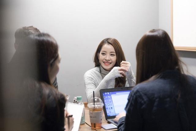 Đại diện cơ quan thông tấn này tỏ ra vô cùng quan tâm đến bộ phim Tỉnh giấc tôi thấy mình trong ai do Chi Pu sản xuất và đóng vai chính cũng như những dự định sắp tới của cô tại Hàn Quốc.