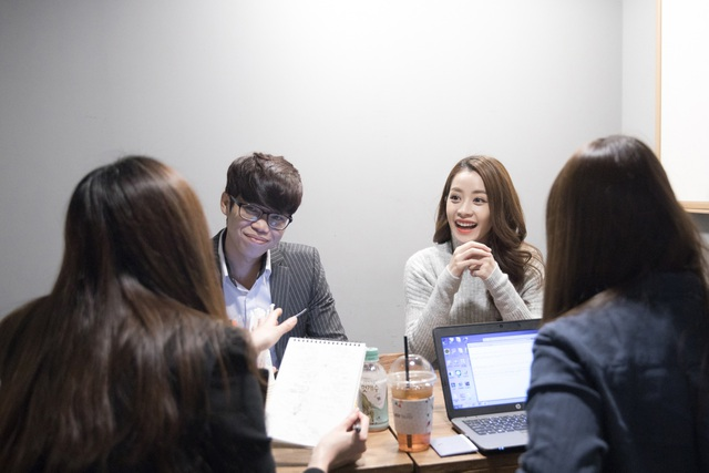Trước đó, Chi Pu có buổi phỏng vấn với Starnews tại phòng chờ trước giờ lên trao giải.
