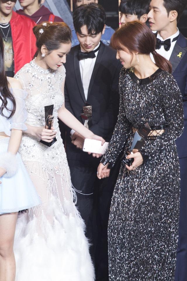 Chi Pu còn chủ động nhường chỗ cho Park Shin Hye khi nữ diễn viên này đang loay hoay tìm chỗ đứng.