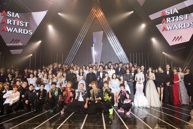 Chi Pu cũng vừa hé lộ những bức ảnh chụp nhóm cùng các nghệ sĩ thắng giải Asia Artist Awards 2016 cuối chương trình.