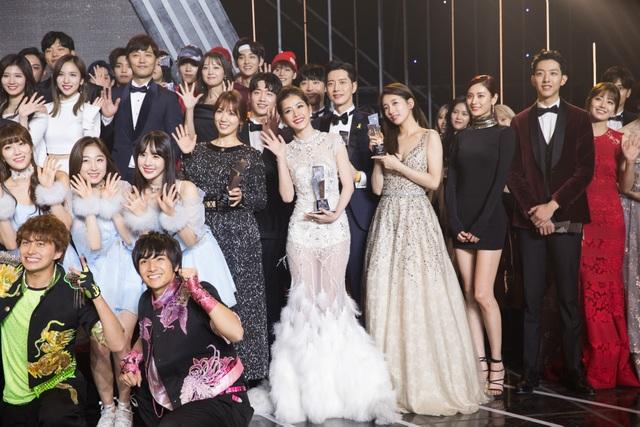 Cô đứng cạnh Park Shin Hye (váy đen), Suzy (váy dài) và ngay trước Park Hae Jin, Seo Kang Joon.