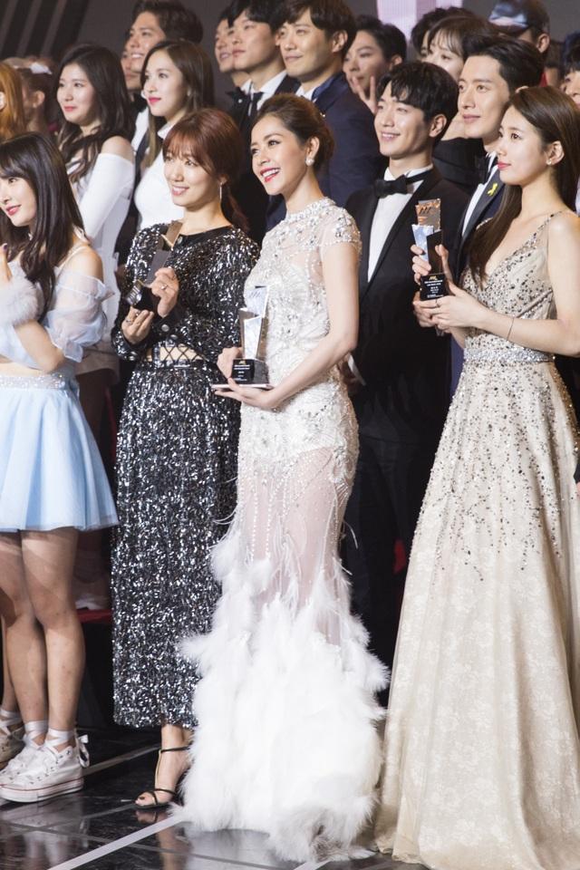 Đại diện Việt Nam cũng cho biết Park Shin Hye rất nhiệt tình khi giúp cô phiên dịch hướng dẫn của người Hàn sang tiếng Anh để mọi người có một bức ảnh nhóm đẹp nhất.