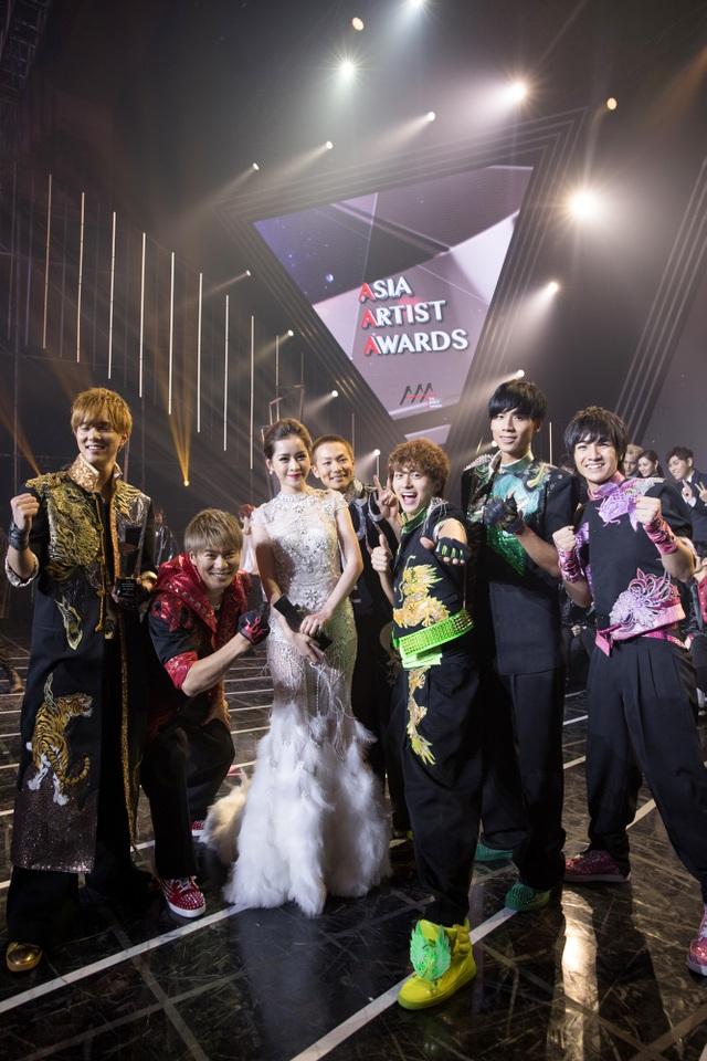 Chi Pu còn có dịp chụp ảnh cùng nhóm nhạc nam số một Nhật Bản - Boys and Men cùng nhóm nhạc EXO đình đám nhất Hàn Quốc hiện nay.