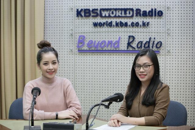 Cô chào khán giả bằng tiếng Hàn và chia sẻ cảm xúc sau khi bất ngờ được vinh danh tại Asia Artist Awards 2016, cùng những kỷ niệm đáng nhớ khi sánh bước bên dàn sao Hàn đình đám.