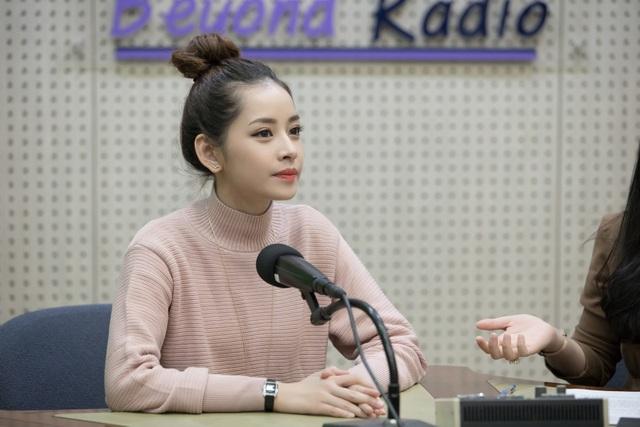 Sau buổi PV với đài KBS, Chi Pu vội vàng ra sân bay về TP.HCM. Nữ diễn viên về nước tất bật quảng bá bộ phim Vệ sĩ Sài Gòn mà cô đóng cùng Thái Hoà, Kim Lý sẽ ra rạp tháng 12/2016.