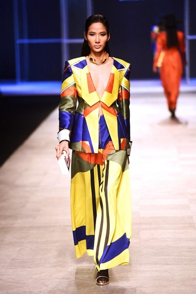 Hoàng Thùy vẫn trình diễn với vai trò vedette tại Tuần lễ thời trang Việt Nam quốc tế.
