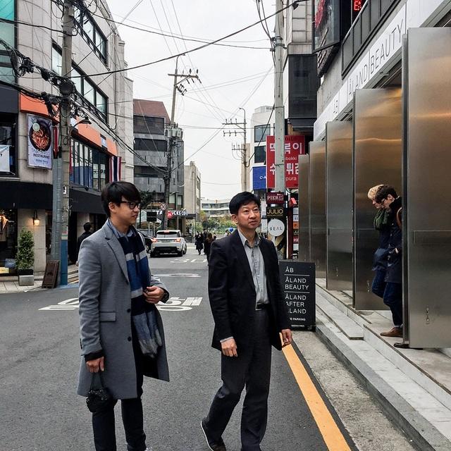 Đặc biệt hơn, Quang Bảo đã được ông James Hah dành ra nửa ngày cuối tuần để dẫn anh đi tham quan Gangnam - một khu tổ hợp giải trí, bệnh viện và trụ sở của các công ty hàng đầu của Hàn Quốc với những tòa nhà chọc trời, lộng lẫy về đêm, được ví như New York của Mỹ hay Tokyo của Nhật và nghe ông chia sẻ về văn hoá Hàn Quốc.