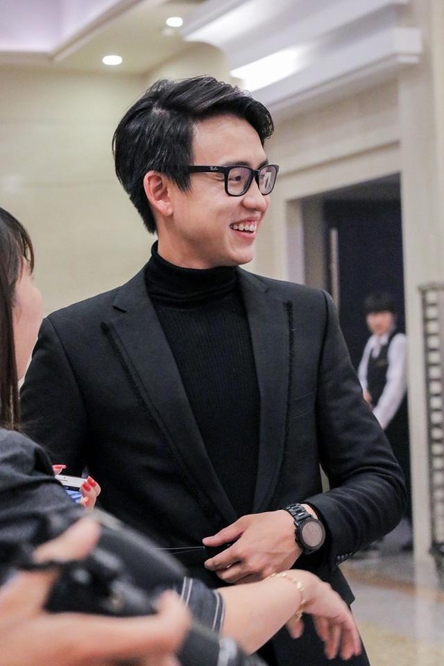 Vì bận công tác nước ngoài nên 2 diễn viên chính không thể tham gia sự kiện. Thay vào đó, Quang Bảo đã được trò chuyện và giao lưu với 2 em út của phim là Kim Min Suk và Park Hwan Hee.