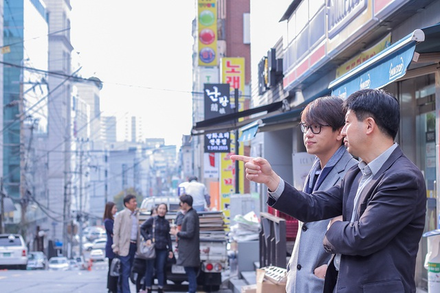 Trong quá trình trò chuyện, Quang Bảo đã được ông chia sẻ những thông tin, kinh nghiệm về ngành giải trí Hàn Quốc trong 26 năm mà ông có được. Ông James Hah cho biết ông đã từng tham gia một buổi họp báo tại Việt Nam do Quang Bảo dẫn dắt và rất quý anh nên mới quyết định chia sẻ cũng như định hướng con đường sự nghiệp cho Quang Bảo.