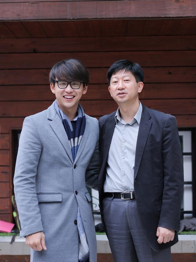 Cũng trong chuyến đi này, Quang Bảo đã được gặp và trò chuyện cùng Giám đốc điều hành sản xuất nội dung quốc tế (Global Contents Production - Executive Producer) của đài SBS Hàn Quốc - ông James Hah.