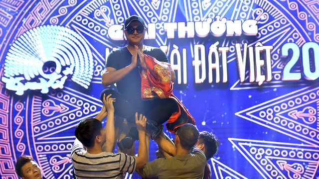 Nam ca sĩ Minh Quân tích cực tập luyện cho tiết mục sẽ trình diễn trong Lễ trao giải Nhân tài đất Việt.