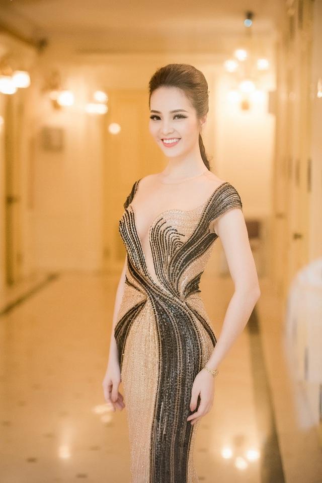 Người đẹp mang đến hình ảnh tinh tế của những chuyển động, khoe vóc dáng cùng vẻ đẹp mềm mại của người phụ nữ cùng với cách trang điểm nhẹ nhàng.