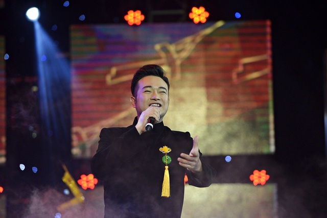 Nam ca sĩ điển trai chia sẻ, mỗi lần biểu diễn trong đêm trao giải Nhân tài đất Việt cảm giác phấn khích, đầy nhiệt huyết xen lẫn niềm tự hào.
