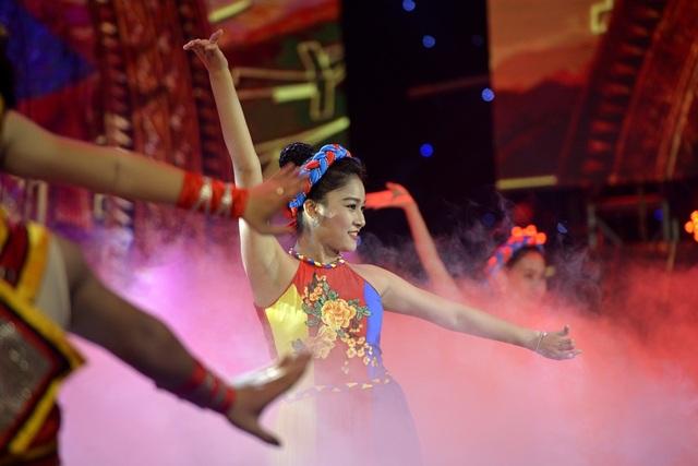 Tiết mục của Minh Quân được phụ trợ biên đạo bởi 20 diễn viên múa.