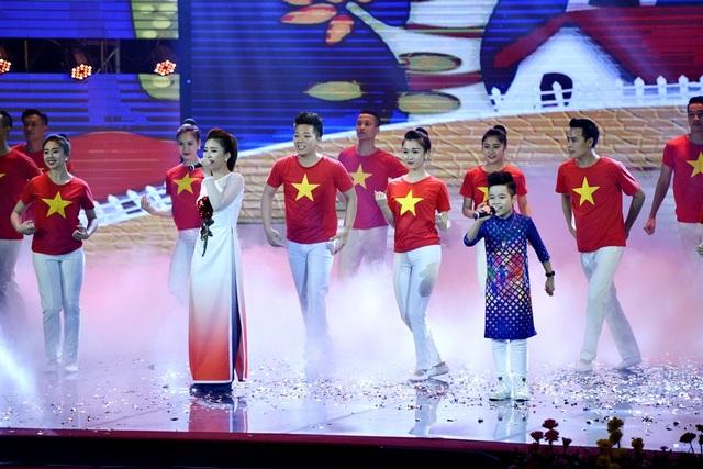 """Đến với lễ trao giải Nhân tài Đất Việt, quán quân The Voice Kids 2016 Nhật Minh lần đầu tiên hát song ca bài hát: """"Việt Nam ơi"""" cùng nữ ca sĩ Dương Hoàng Yến."""