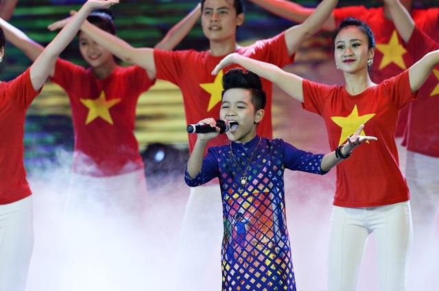 """Nhật Minh chia sẻ: """"Ngay từ khi biết mình sẽ hát bài Việt Nam ơi, con đã nghĩ sẽ lựa chọn áo dài để phù hợp với ca khúc""""."""
