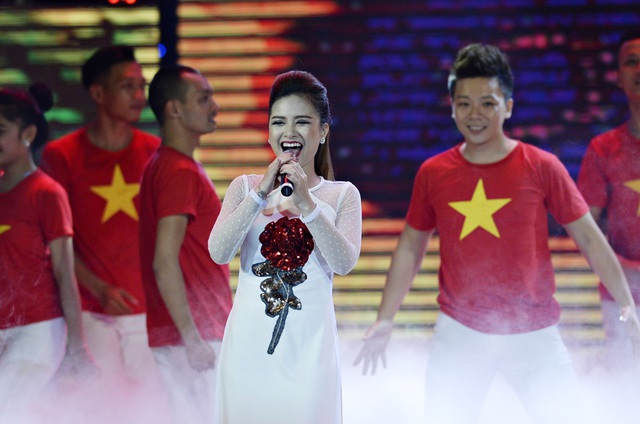 Cả hai cô trò đều xuất hiện với trang phục áo dài truyền thống. Ca sĩ Dương Hoàng Yến chọn thiết kế áo dài từng được trình diễn tại Festival Áo dài Hà Nội 2016 của người bạn thân thiết là NTK Hà Duy - người từng cùng cô giành giải Quán quân gương mặt thân quen.
