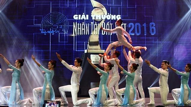 Lời hát như sự hiệu triệu các trí thức trẻ của Việt Nam hãy luôn tận hiến sức trẻ và tài năng, trí tuệ của mình để cống hiến cho đất nước. Tiết mục của ca sĩ Trọng Tấn có sự hỗ trợ của vũ đoàn vô cùng hoành tráng.