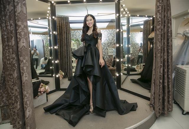 Diệu Ngọc khoe chân dài miên man trong bộ váy đen với cấu trúc mullet hay trẻ trung, điệu đà với dáng váy xòe lấy hai tông màu hồng tím làm chủ đạo.