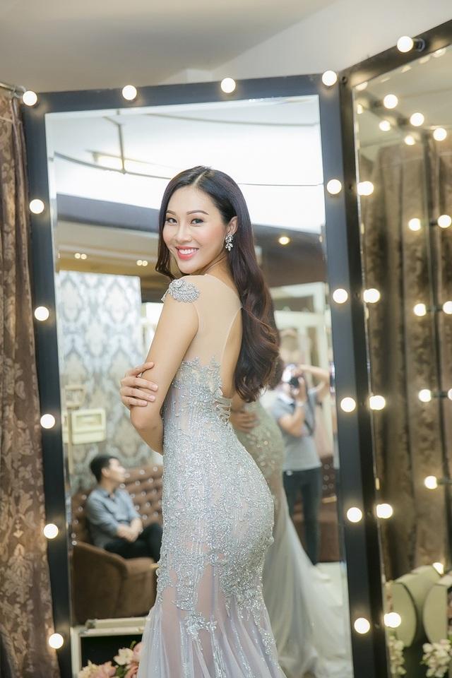 Bên cạnh đó, Diệu Ngọc cũng thử những thiết kế lộng lẫy phù hợp tham dự những buổi tiệc quan trọng trong khuôn khổ Miss World 2016.