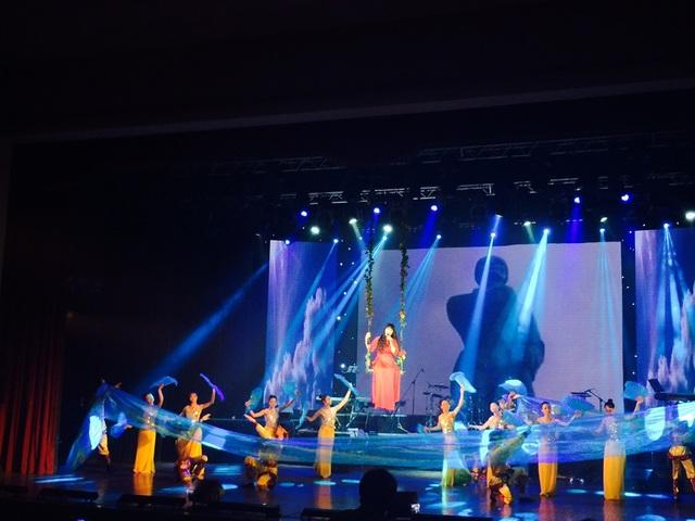 Nghệ sĩ Tố Uyên xuất hiện duyên dáng trong chiếc xích đu lãng mạn được thả từ từ xuống sân khấu.