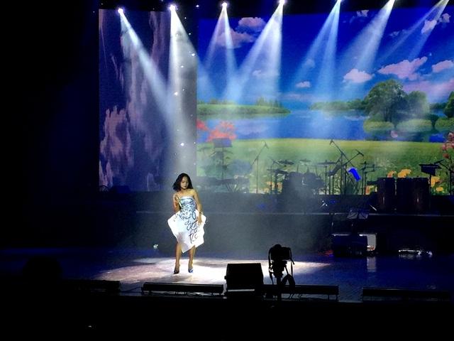Ca sĩ trẻ Hoàng Quyên - Á quân Vienam Idol 2012.