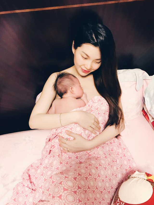 Diễm Trang cho con da kề da với mẹ.