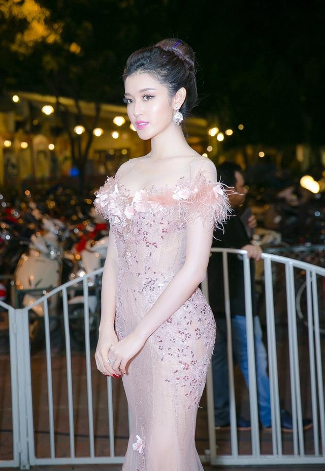 Phần cúp ngực đính trang trí dải hoa khoe được làn da trắng và bờ vai trần thon thả của Á hậu Việt Nam.