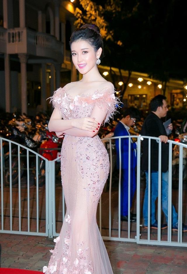 Người đẹp diện một thiết kế váy đuôi cá quyến rũ. tông hồng thạch anh - xu hướng hot nhất thời trang năm nay.