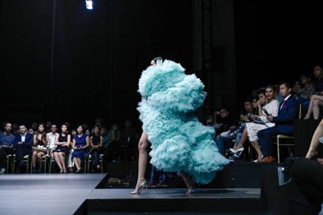 Với thiết kế ấn tượng của bộ trang phục, Thanh Hằng như thể mang đám mây bồng bềnh lên sàn diễn.