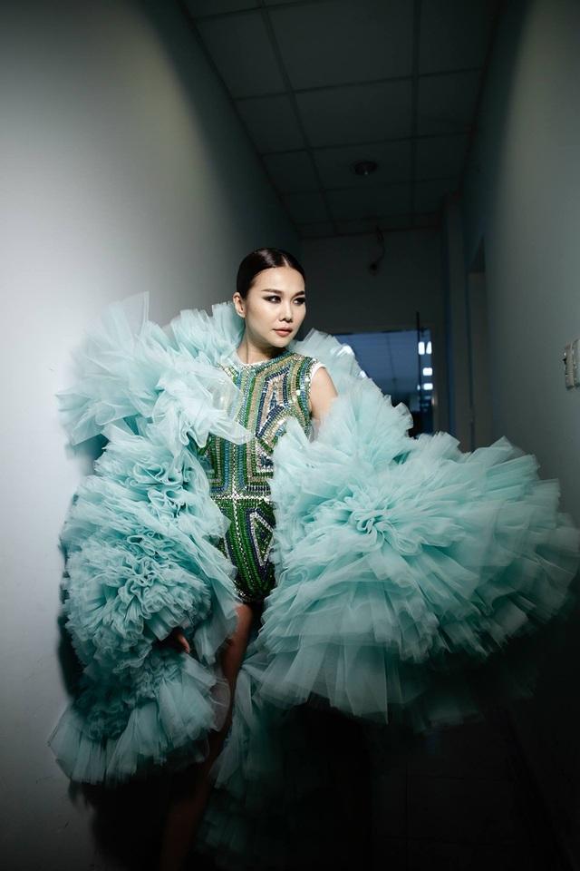 """Mới đây, tại một buổi trình diễn khác, siêu mẫu Thanh Hằng xuất hiện trên sàn catwalk với một thông điệp cực sốc với chiếc áo khoác có slogan đầy ẩn ý sau lưng: Muốn làm vedette hãy có tài đi"""". Nhiều người cho rằng đó cũng là quan điểm của nữ siêu mẫu."""
