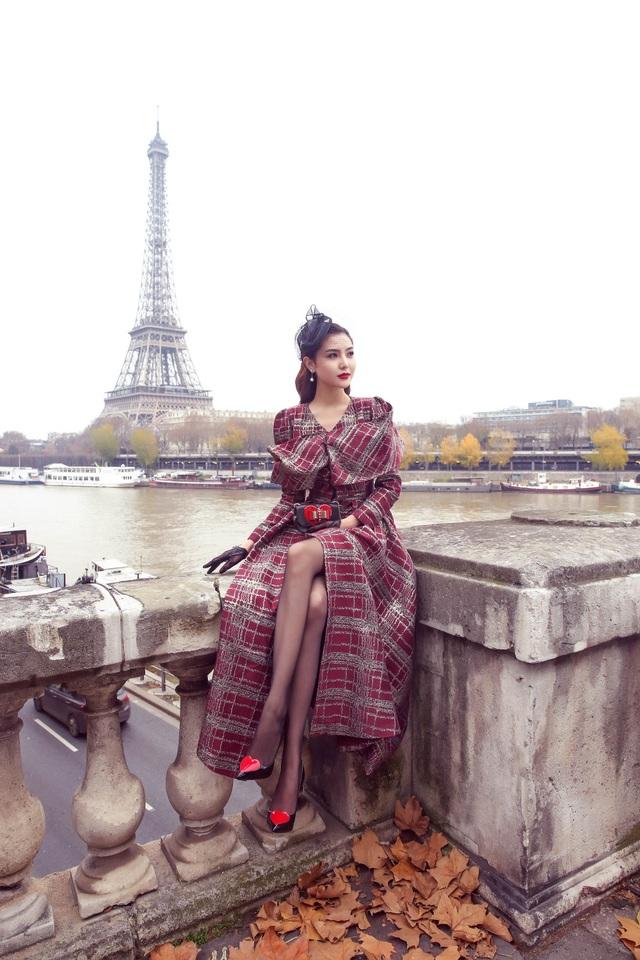 Ngọc Duyên đã đến thăm nhiều địa điểm nổi tiếng của Paris và thưởng thức ẩm thực nước Pháp trên du thuyền trên sông Seine…