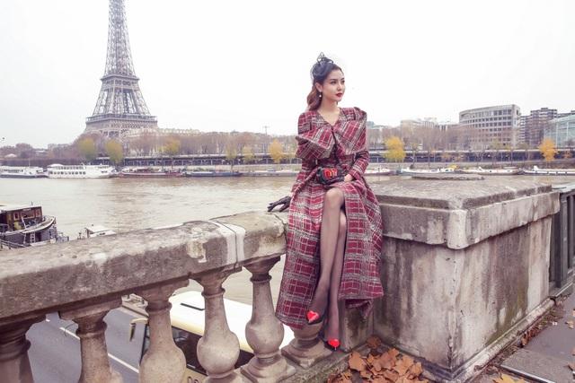 Ngọc Duyên cho biết, Paris mùa này rất đẹp với thời tiết lành lạnh, lá phong bắt đầu rụng nhiều, tạo cảm giác rất thơ mộng và lãng mạn.