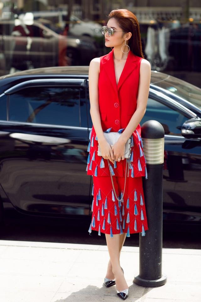Á hậu Thùy Dung điệu đà trong thiết kế vest không tay dáng dài. Dáng áo có độ dài ngang hông khá thuận tiện trong việc phối đồ, phụ kiện.