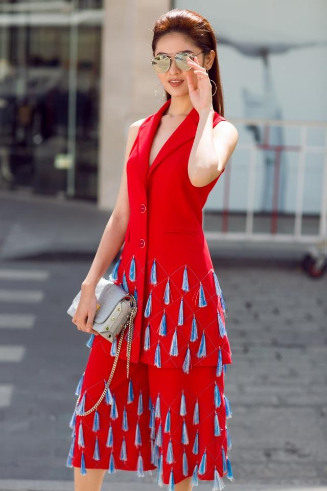 Phần tua rua tông xanh baby đính trên nền vải đỏ tươi là điểm nhấn giúp set đồ đặc biệt, gây dấu ấn mạnh cho người đối diện.