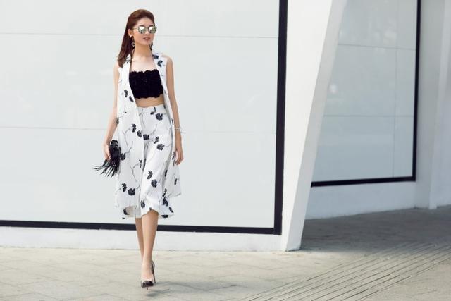 Lựa chọn phối cùng túi xách tua rua tông đen và trang sức kim loại khiến tổng thể bộ trang phục mang nét hiện đại, thời thượng.