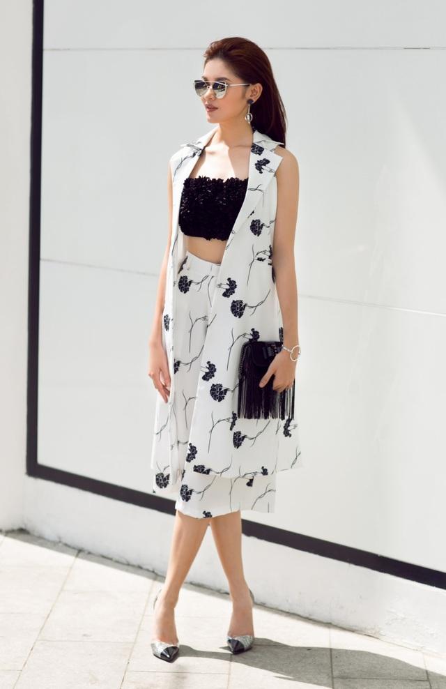Thùy Dung tiếp tục khoe phong cách streetstyle với một thiết kế trắng - đen. Mốt áo blazer dáng dài không tay được cô tận dụng nhằm khiến vóc dáng trông thanh thoát hơn.
