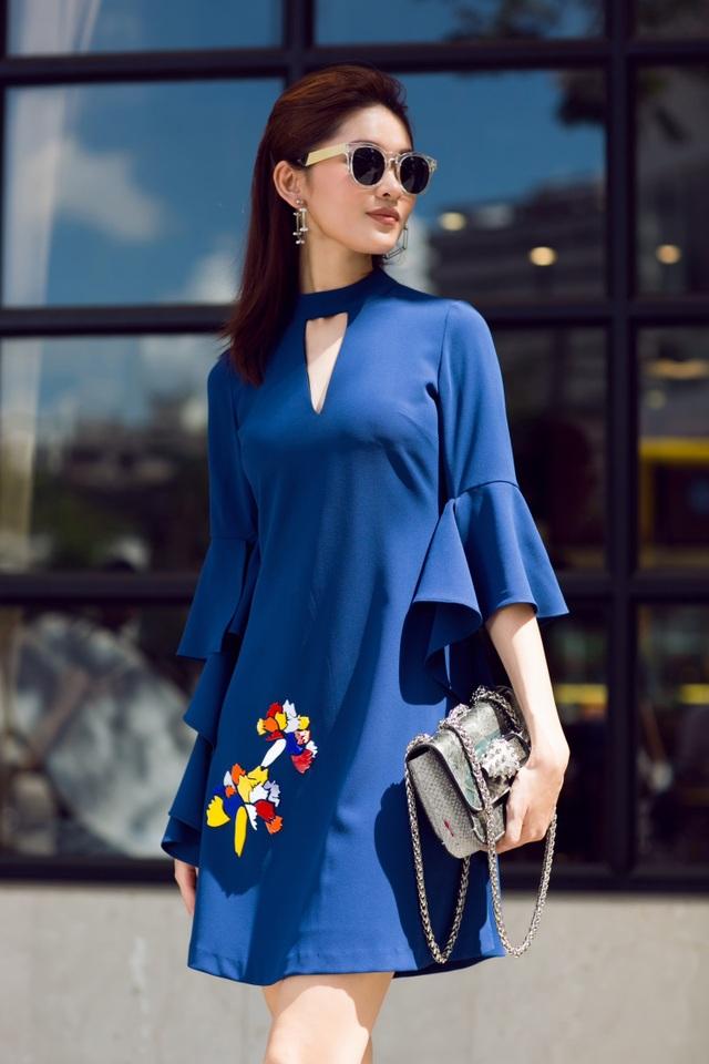 Đầm suông hoa tay lỡ luôn là lựa chọn dễ chịu và phù hợp cho những buổi xuống phố vội vàng. Dáng suông của chiếc váy dễ dàng che lấp khuyết điểm về vóc dáng của người mặc.