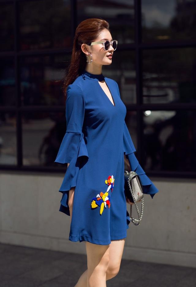 Với đường nét cơ thể chuẩn, Thùy Dung dễ dàng tỏa sáng trong mẫu váy màu xanh dương trầm, họa tiết hoa cẩm chướng.
