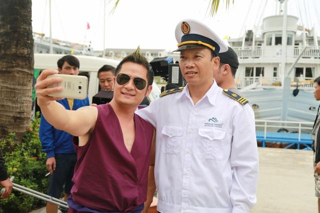 Nam ca sĩ Bằng Kiều (trái) cũng đảm nhiệm một vai diễn trong phim.