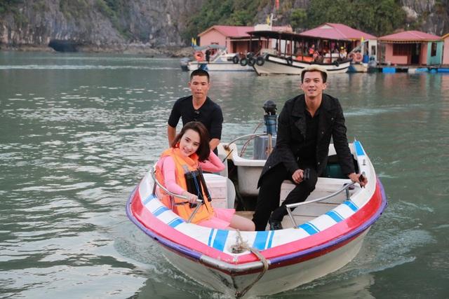 Bà mẹ nhí Angela Phương Trinh tươi tắn trong phim.