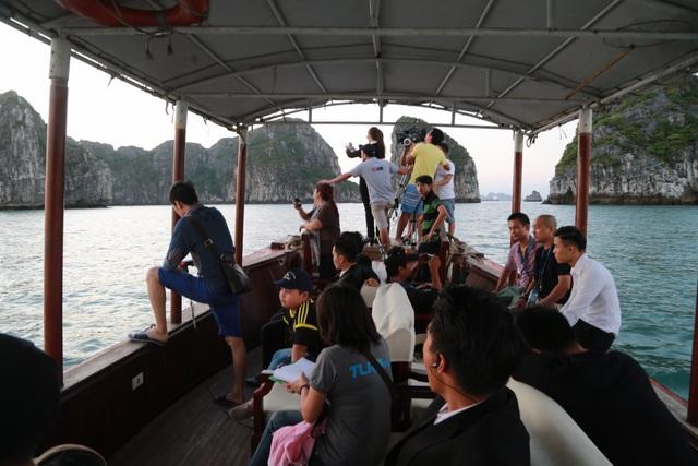 Đoàn phim huy động 100 người ăn ở, sinh hoạt trên biển suốt gần một tháng.