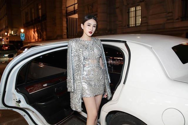 Hoa hậu Ngọc Duyên ngồi siêu xe đến show diễn thế giới - 8