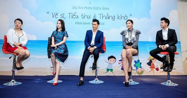 Bà Nguyễn Ngọc Anh - Giám đốc Sáng tạo, nhà sản xuất phim Vệ sĩ, tiểu thư và chàng khờ (ngoài cùng bên trái) cùng ekip Đạo diễn, diễn viên phim.