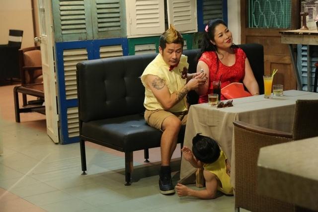 Nam ca sĩ và NSND Hồng Vân có màn tung hứng cực kì ăn ý, hài hước trong phim.