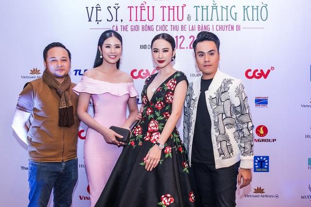 Cả hai đến ủng hộ người bạn, người anh thân thiết là diễn viên Tô Thanh Tân (ngoài cùng bên trái).
