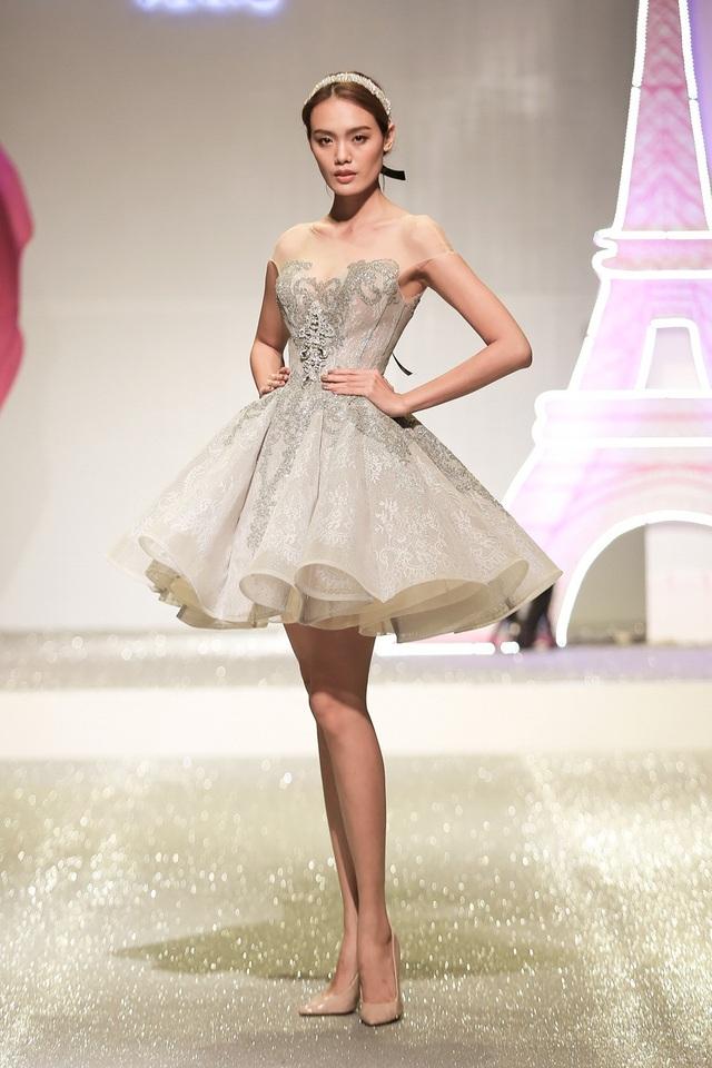 Các người mẫu trình diễn phom dáng váy lửng tùng xòe cổ điển.